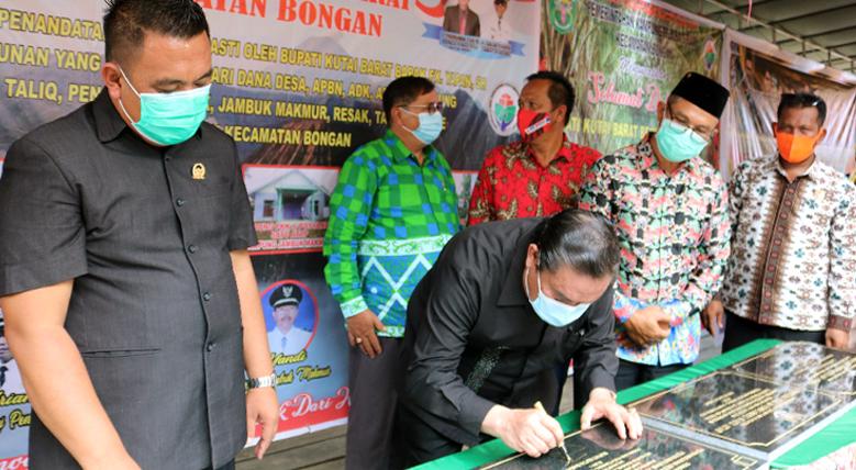 Bupati Kutai Barat Resmikan Program PKTD 16 Kampung Dikecamatan Bongan.